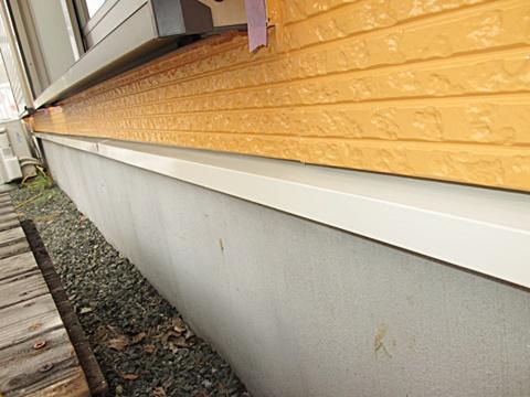 土台水切りの上塗りが完了しています。