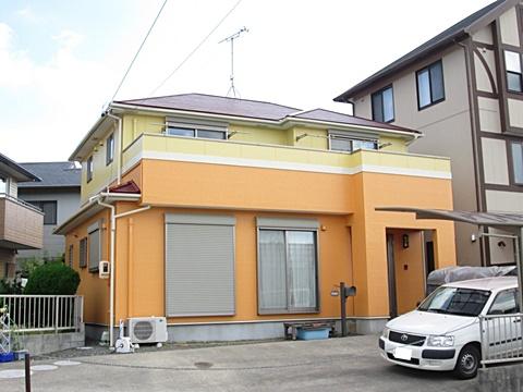 外壁は、下塗り(シーラー塗装)ののちに、ファインシリコンを2回塗り重ねて仕上げました。グレーとホワイトの既設のイメージから一新。イエローとオレンジ、屋根のえんじ色と暖色系の色でまとめ、暖かく可愛らしい印象となりました。