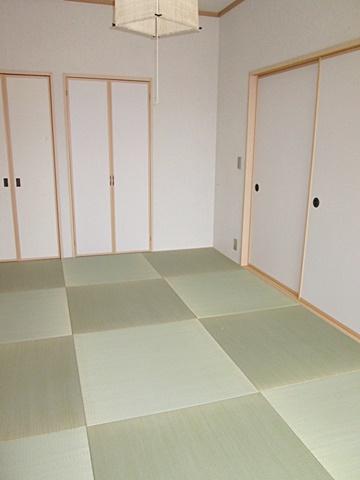和室は琉球畳の表替えを行い、襖を張替えました。市松柄でモダンな和室です。