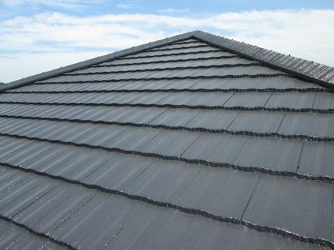 屋根は高圧洗浄ののちに下塗りを施し、弱溶剤2液型シリコンアクリル樹脂塗料「ハイルーフ マイルドシリコン」を2回塗りして仕上げました。