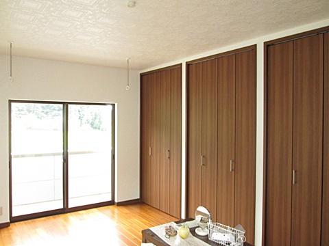 寝室(10帖)です。クロークを3箇所、窓際に物干し金物を2カ所設け、収納と使い勝手を充実させています。