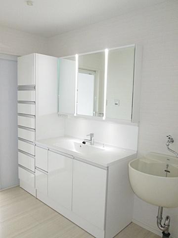 洗面所は、ホワイトが基調となり明るく清潔な空間となりました。たっぷりの収納力が特徴です。