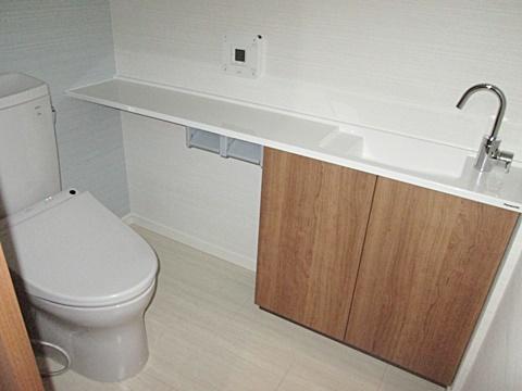 トイレは既設を再利用し、カウンター式の手洗いを新たに設けました。スペースを広く取って居るので、くつろげる空間となっています。