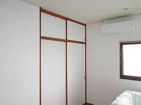 追加工事で洋室6帖の壁クロスを張り替えました。ホワイトで明るく感じられます。
