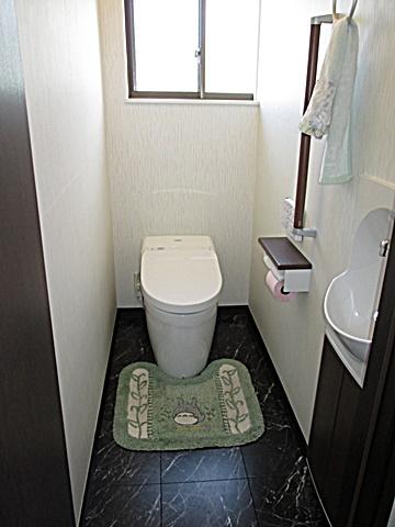 トイレは最新のタンクレストイレでスッキリと納まり、ダークな色使いで落ち着いた雰囲気のトイレ空間に生まれ変わりました。