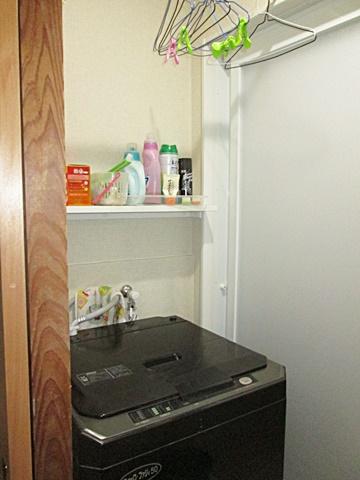 脱衣・洗濯室をリフォームしました。白を基調に明るく仕上げました。洗濯機上部に棚を設け使い勝手を考慮しました。