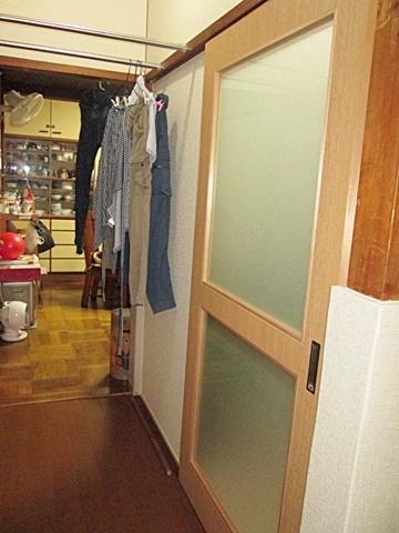 脱衣室入口の建具を造り替えました。廊下が暗くならない様、明り取りを大きく設けました。