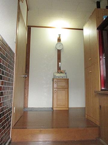 玄関ホールは、床の増し張りと壁をビニールクロスで仕上げました。張り増しは既設の床を捨て張りとし、上にフロアー材を張って丈夫な二重張りの床とする工法です。家の印象を決める玄関ホールが明るい印象に変わりました。