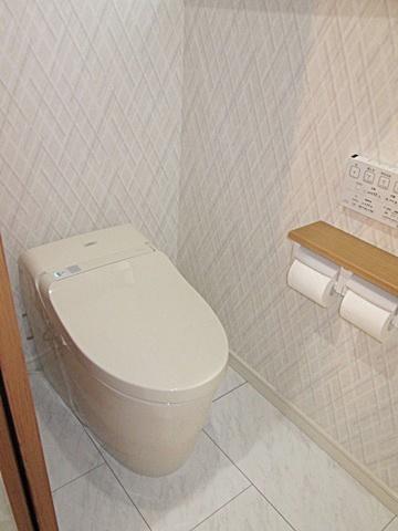 和式トイレから使い易く衛生的なトイレになりました。タンクレスでスッキリと納まりました。床もお手入れのし易いクッションフロアとしました。