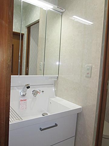 洗面化粧台は大型洗面ボールでとても使い易くなっています。また、全面引出しで収納もタップリできます。