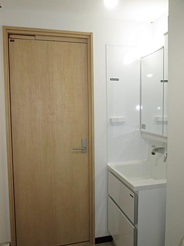 キッチンにつながるドアを、スライディングドアに取替えました。開けた時扉が内側にスライドするので、通常の半分の飛び出しでコンパクトに納まります。