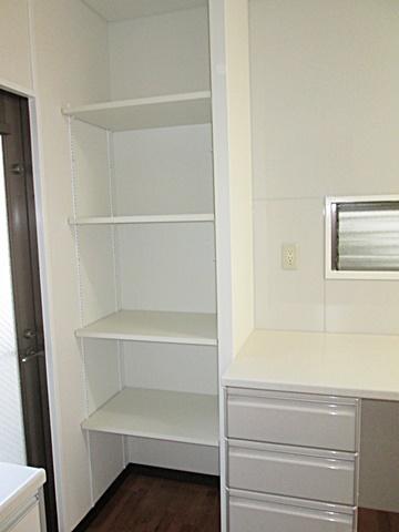 キッチン奥の空いたスペースに可動棚を設けました。