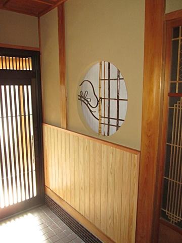 玄関ホールは壁の聚楽が綺麗に塗り替えられ、腰の羽目板も違和感なく仕上がりました。