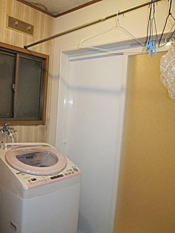 浴室リフォームに伴い一部取り壊した洗面所側壁の補修も行いました。