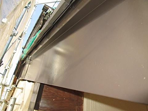 破風板の板金もチョコレート色で仕上げています。
