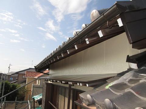 霧除けの屋根の仕上がり状況です。垂木の小口を白で塗り直しました。