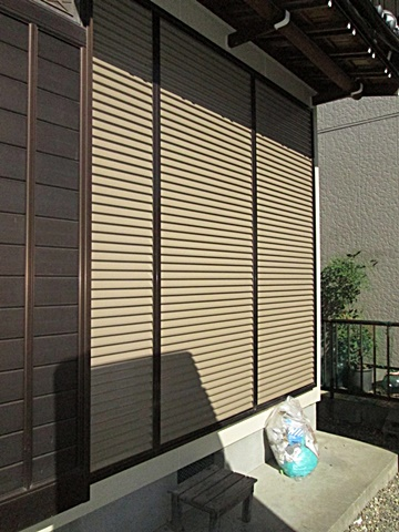 雨戸の鉄板部分をブラウン色で仕上げました。