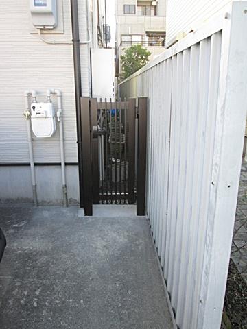 防犯性を考え塀との隙間に門扉を取り付けました。