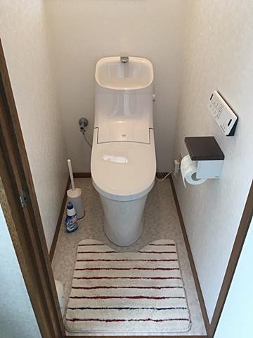 トイレは古い便器を取り外し、壁クロスとクッションフロアーを貼り替えた後に、LIXIL アメージュZAシャワートイレを設置。新築のトイレのようになりました。