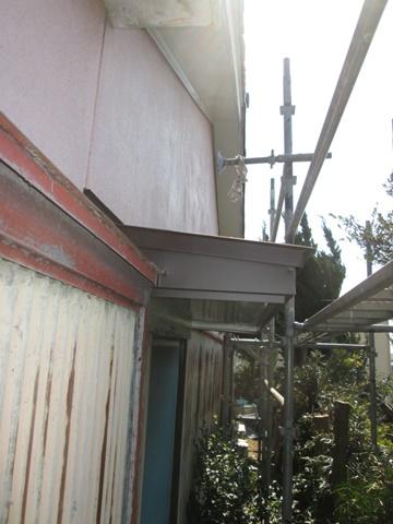 霧除けの屋根をトタンで張り替え、傷んだ木部も板金巻きで綺麗に直しました。