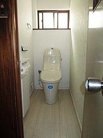 2Fのトイレをリフォームしました。右側面の柄を変え、可愛らしい空間になりました。