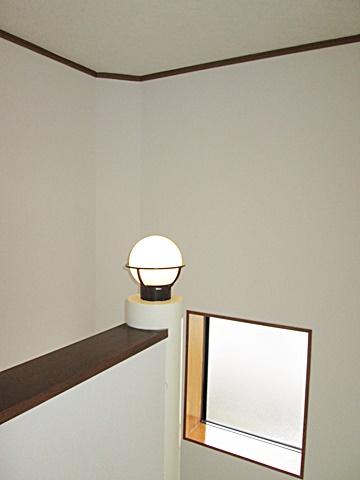 階段室の壁クロスを貼り替えました。綺麗で明るく感じられます。