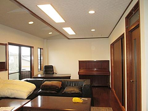 リビングです。床、壁、天井ともに綺麗に仕上げられ新築の様に生まれ変わりました。