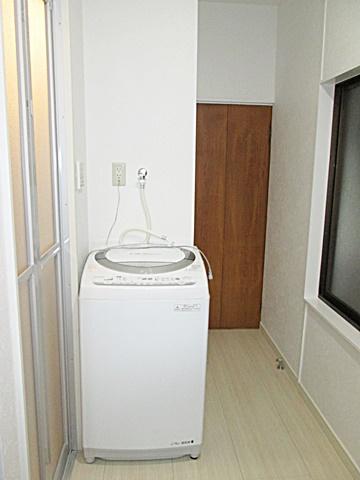 脱衣スペースの一画に洗濯機置き場を設けました。