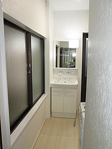 洗濯機の対面には、洗面化粧台を配置しました。省スペースながら使い勝手が考慮されています。