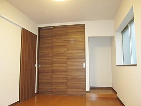 玄関横の洋室です。押入れを3枚引き戸にし開口を大きく使い易くしています。横には仏間を設けました。