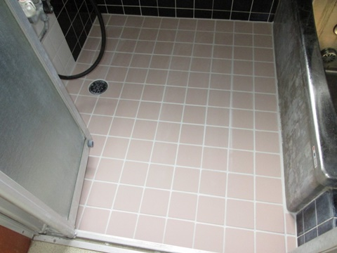 浴室の床をサーもタイルで貼り直しました。足裏のヒンヤリ感をやわらげてくれます。