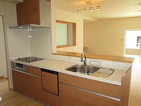 対面式のキッチンは、明るく快適な家事空間となって居ます。