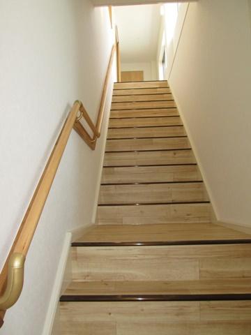 2階へ続く階段はとても明るく広々して居ます。