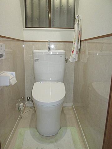 トイレは腰壁に不燃化粧板を貼りお手入れし易くしました。
