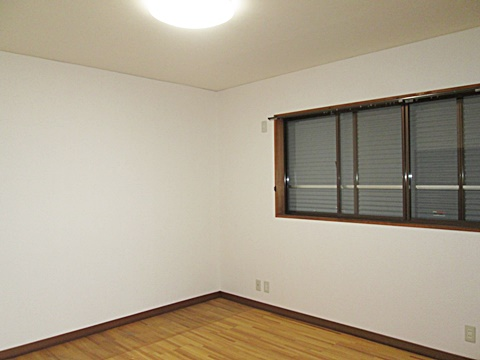 2階洋室は、壁・天井のクロスを貼り替えました。