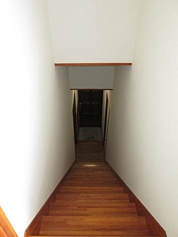 階段室もクロスを貼り替え、明るい印象に生まれ変わりました。