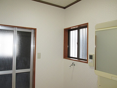 洗面所も壁を貼り替え、明るく綺麗になりました。