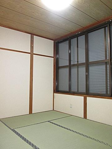 2階和室完成です。壁はクロス仕上げに変更され、畳の表替えを行いました。