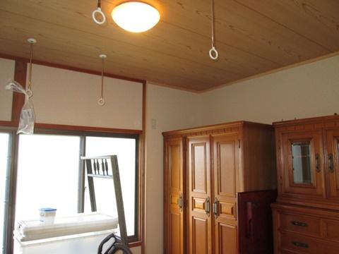 納戸の天井は、敷き目調のクロスで和室の雰囲気そのものです。家具は金物で壁にしっかりと固定してあります。