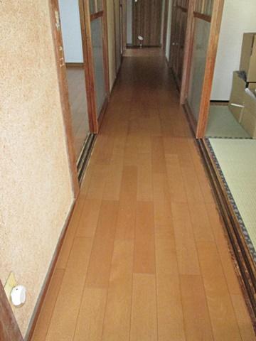 廊下の床は、増張りで丈夫になり敷居の段差も解消されました。
