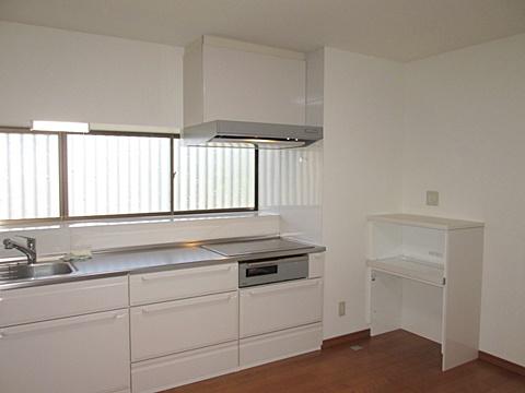 ホワイトを基調としたキッチンは、とても明るく衛生的な空間に生まれ変わりました。