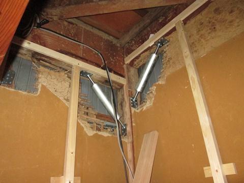 制振ダンパー「MAK-Ⅰ(マックワン)」は地震の揺れを吸収し、建物の倒壊や家具の転倒を防ぐ制振装置です。地震時の建物の揺れ(地動加速度)を1/2以下に、建物の変形を半分程度にまで抑えることができます。制振耐震工法の1/2、免震装置・システムの1/10という低コストで地震対策が可能となります。