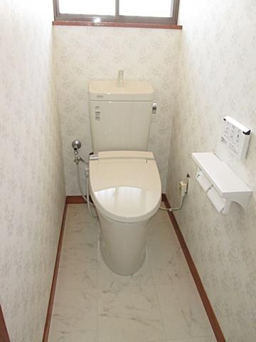 トイレは内装のリフォームとともに、シンプルで手入れのしやすい機器を設置。衛生的で明るい個室になりました。