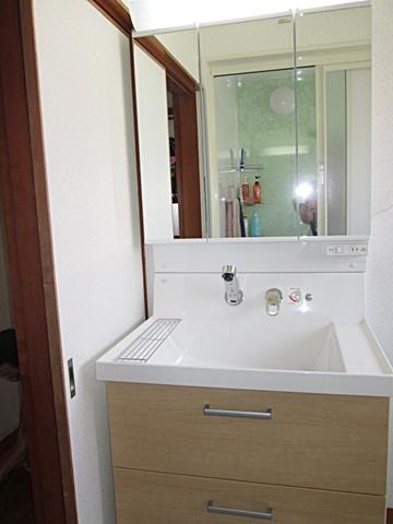 洗面化粧台は、LIXILの「ピアラ」を選定されました。大型の洗面ボールで使い易さがアップしています。