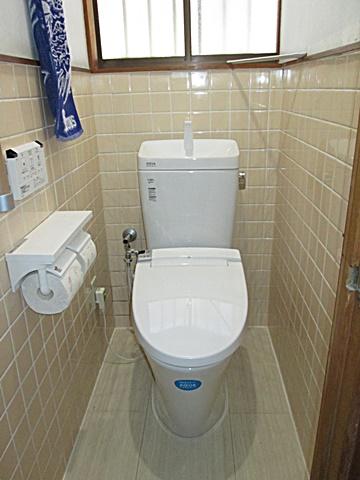 トイレは床に断熱材を入れて床板を張り、シャワートイレを設置。手すりも付けて安全面も考慮しました。