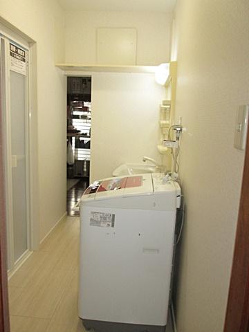 洗面所は内装をリフォーム。明るく衛生的な空間に。台所に続く開口もそのまま残すことが出来ました。