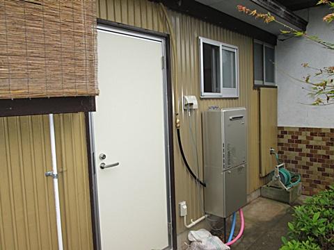 古くなっていた勝手口ドアをカバー工法で取り替えました。
