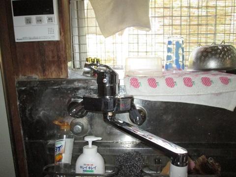 瞬間湯沸し器を撤去して、給湯配管を行い混合水栓に取り替えました。安全性と使い勝手が良くなりました。