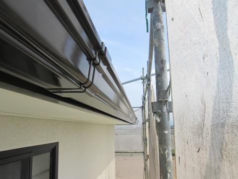 鼻隠しと樋は、チョコレート色で上塗りを行いました。また軒天はクリーム色に仕上げました。
