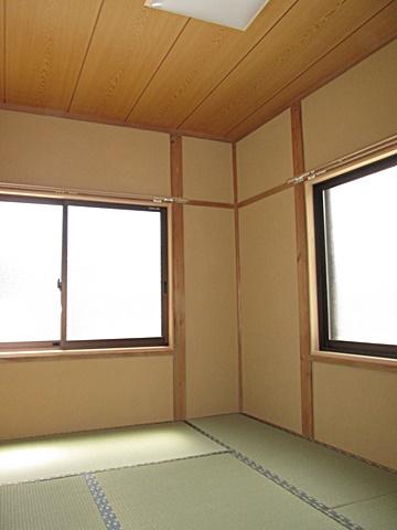 和室は、古くなって汚れの付いた木部の染み抜きを行いました。天井を張り替えて入洛壁を塗り直しました。新築のような明るい印象の和室になりました。
